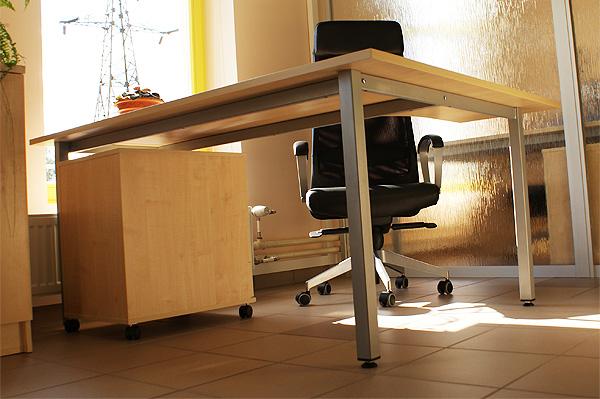 Basic töölaud toetub tugevale metallist täisraamile